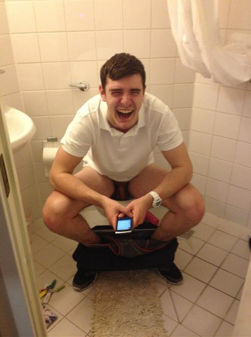 парень в туалете растегивает ширинку гей фото